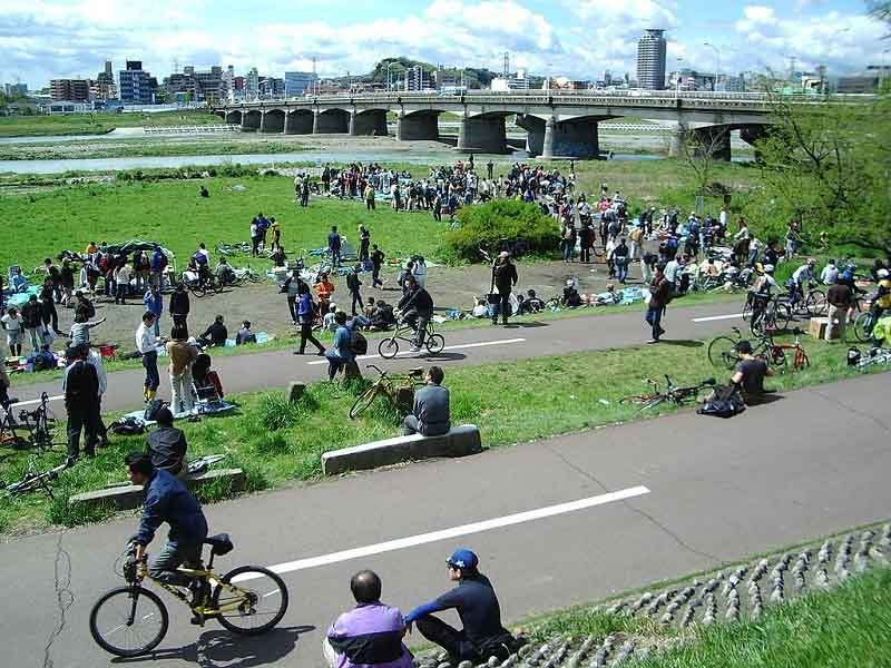 関戸橋自転車フリマ 会場の様子 wikipedia