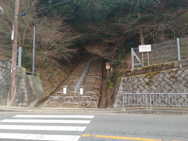 勝尾寺正面の山道への入り口