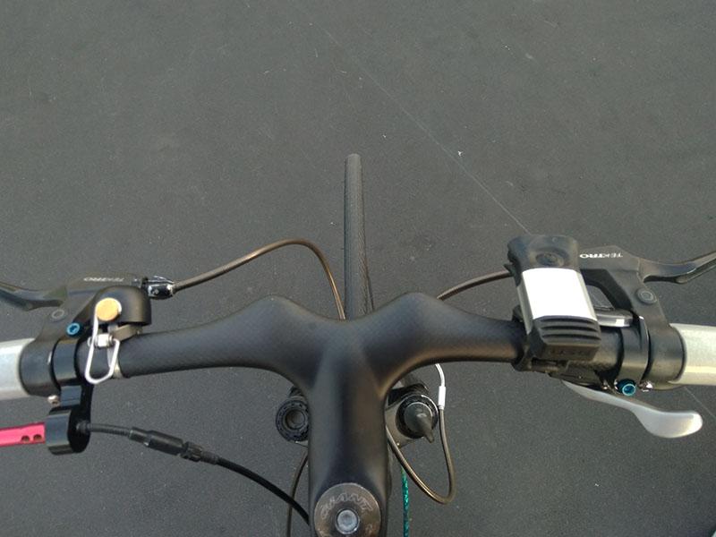 ハンドル一体型ステム越しの新タイヤ
