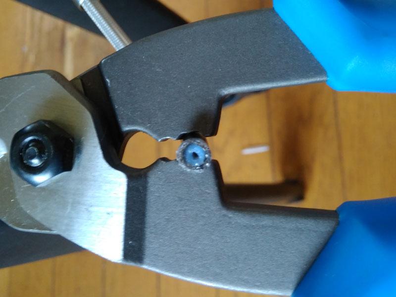 ケーブルカッターのかしめ機能でホースを成形