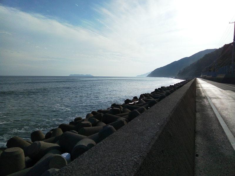 南淡の海岸沿い