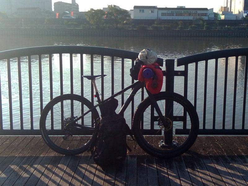 バイクパッキングの荷物と自転車