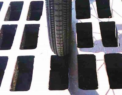 鉄格子の隙間とタイヤ28c