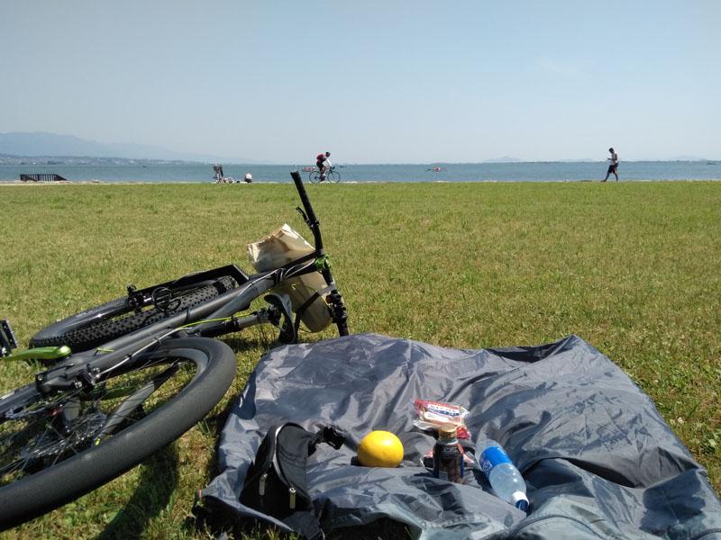 琵琶湖のほとりで朝飯だ