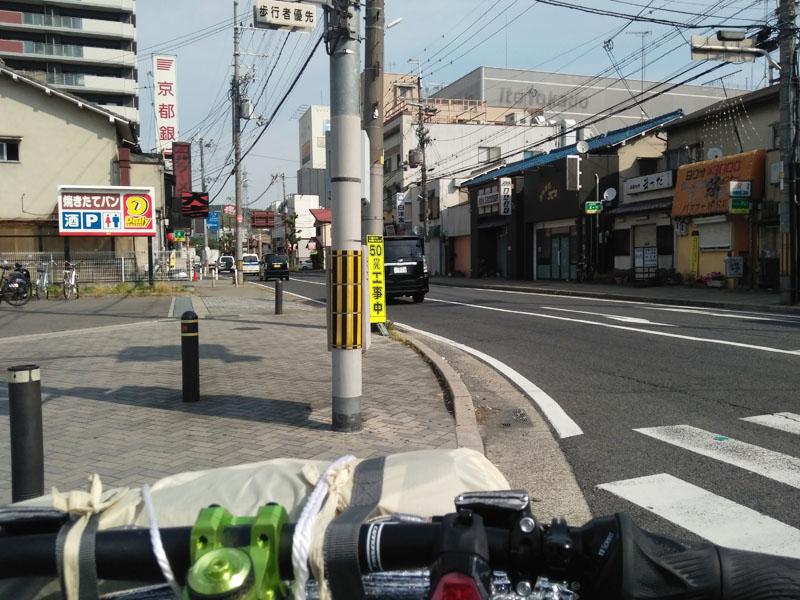 六地蔵駅前