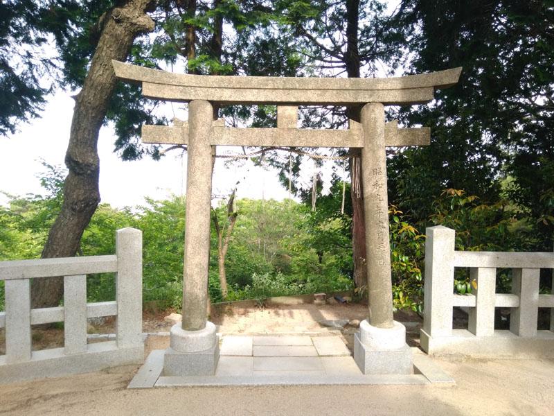 六甲山神社境内