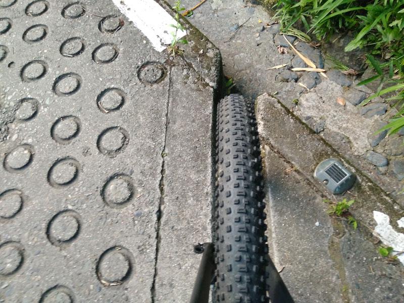 溝には3インチタイヤがすっぽり