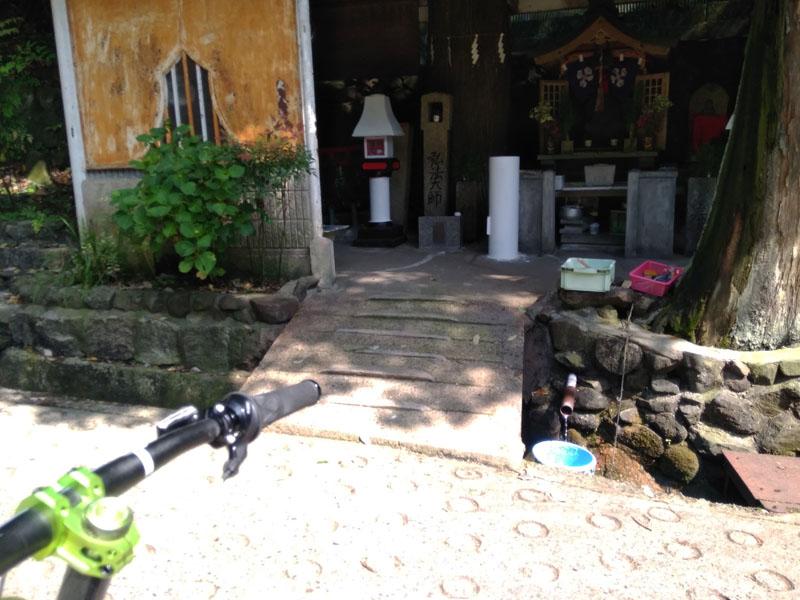 弘法大使のお堂とお水