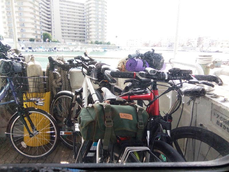 小さい方の連絡船の自転車置き場