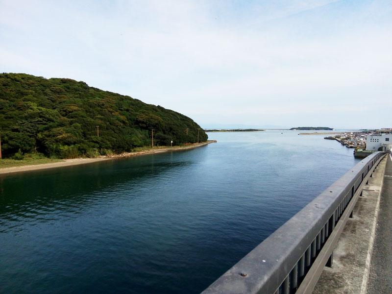 左の島・由良城跡 右の町・由良