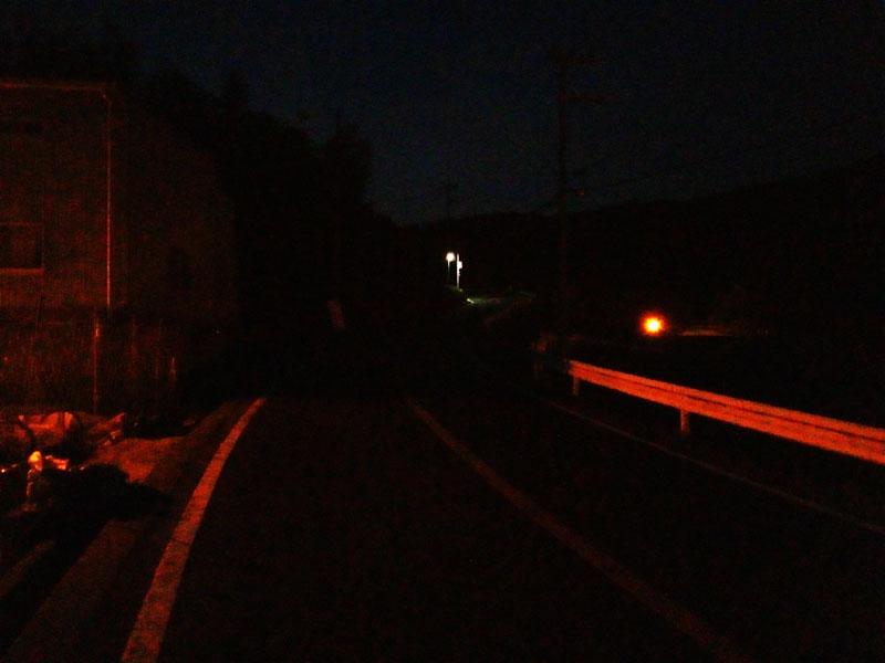 田舎の夜道は暗いどん