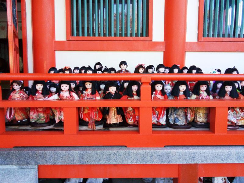 淡島神社の境内の人形
