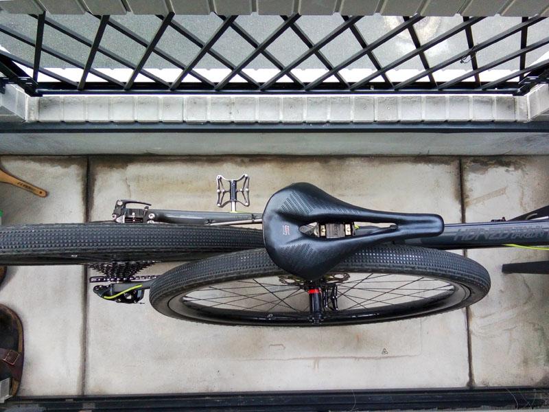ベランダで自転車洗車