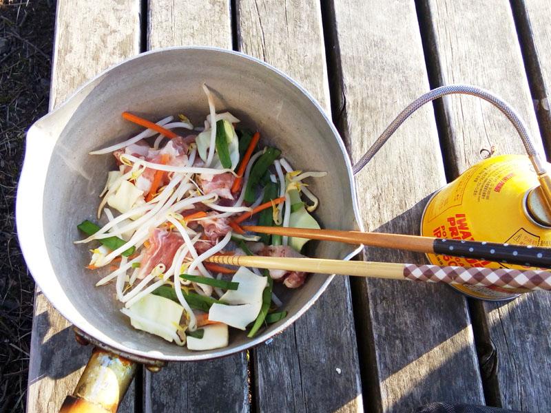 お肉とお野菜を炒めます