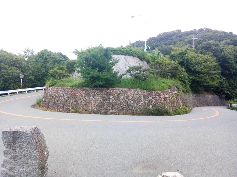 五月山秀望台前のヘアピン