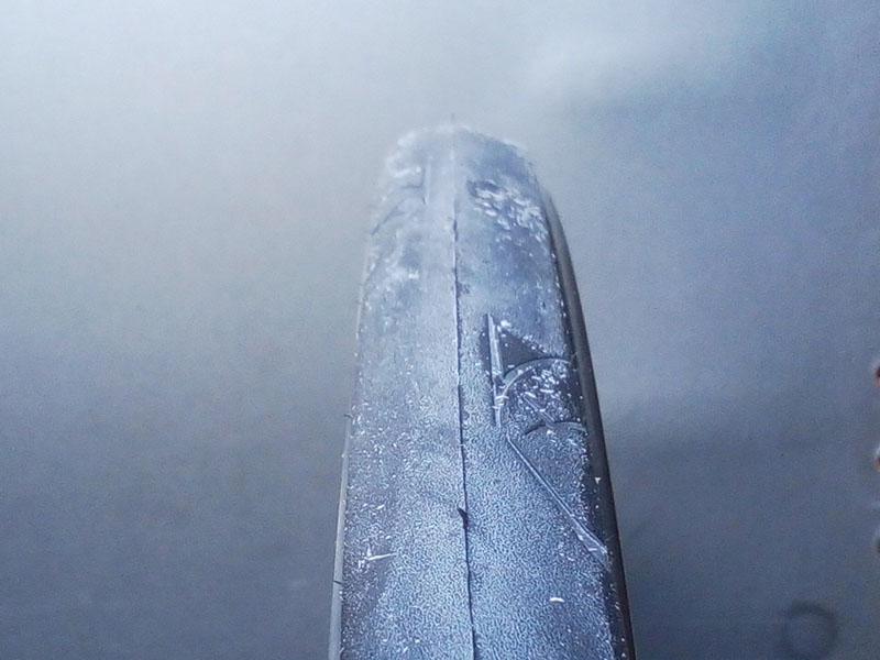 新品タイヤの表皮の何か