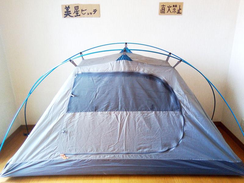 テントのフックをポールにかける