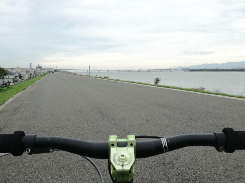 淀川左岸の土手上 伝法大橋より下流