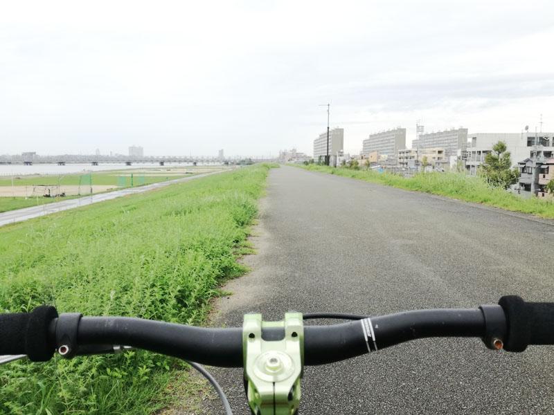 淀川の右岸の土手上 十三付近