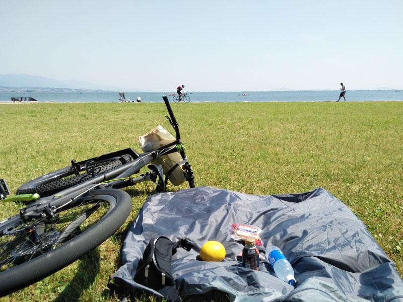 琵琶湖のほとりで朝食