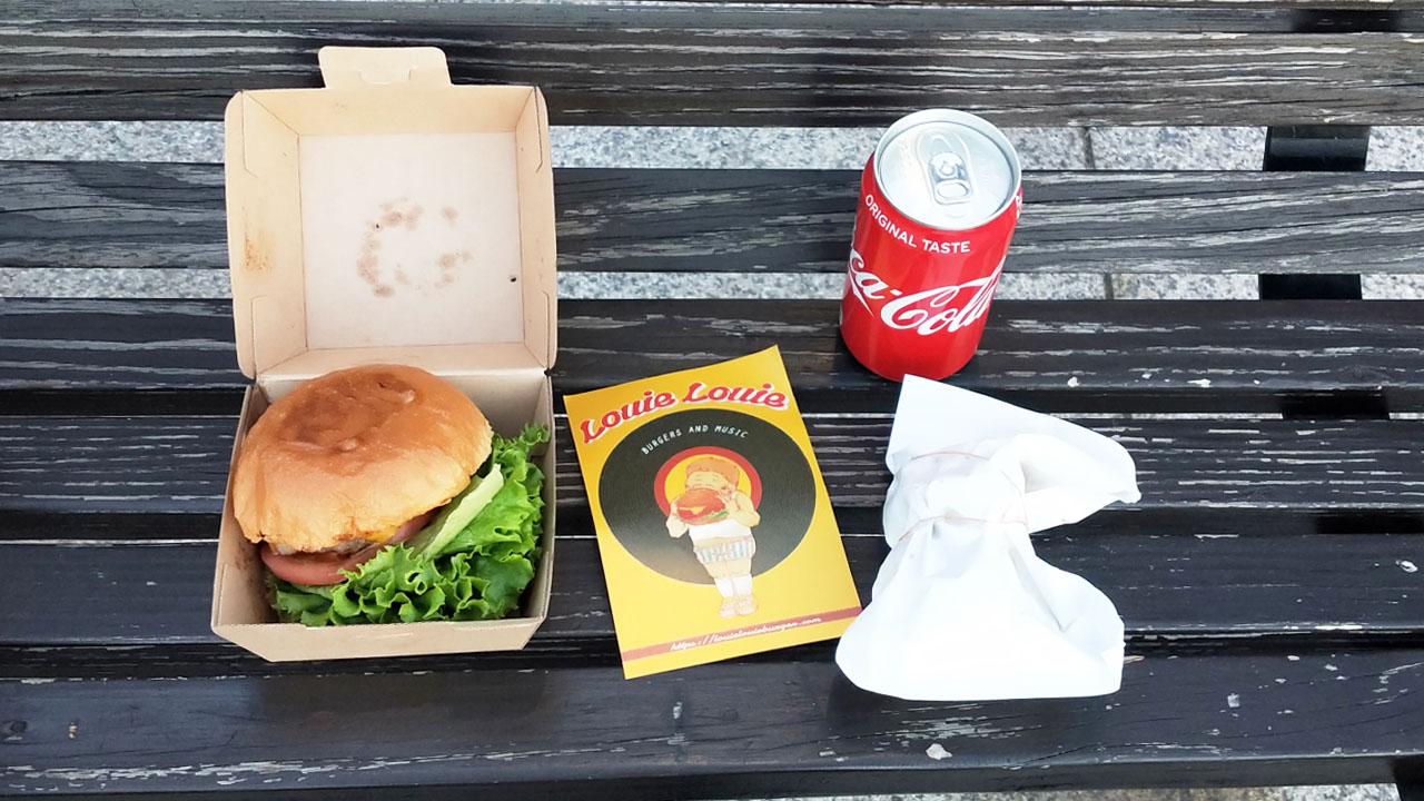 foodpandaのクーポンで頼んだハンバーガー