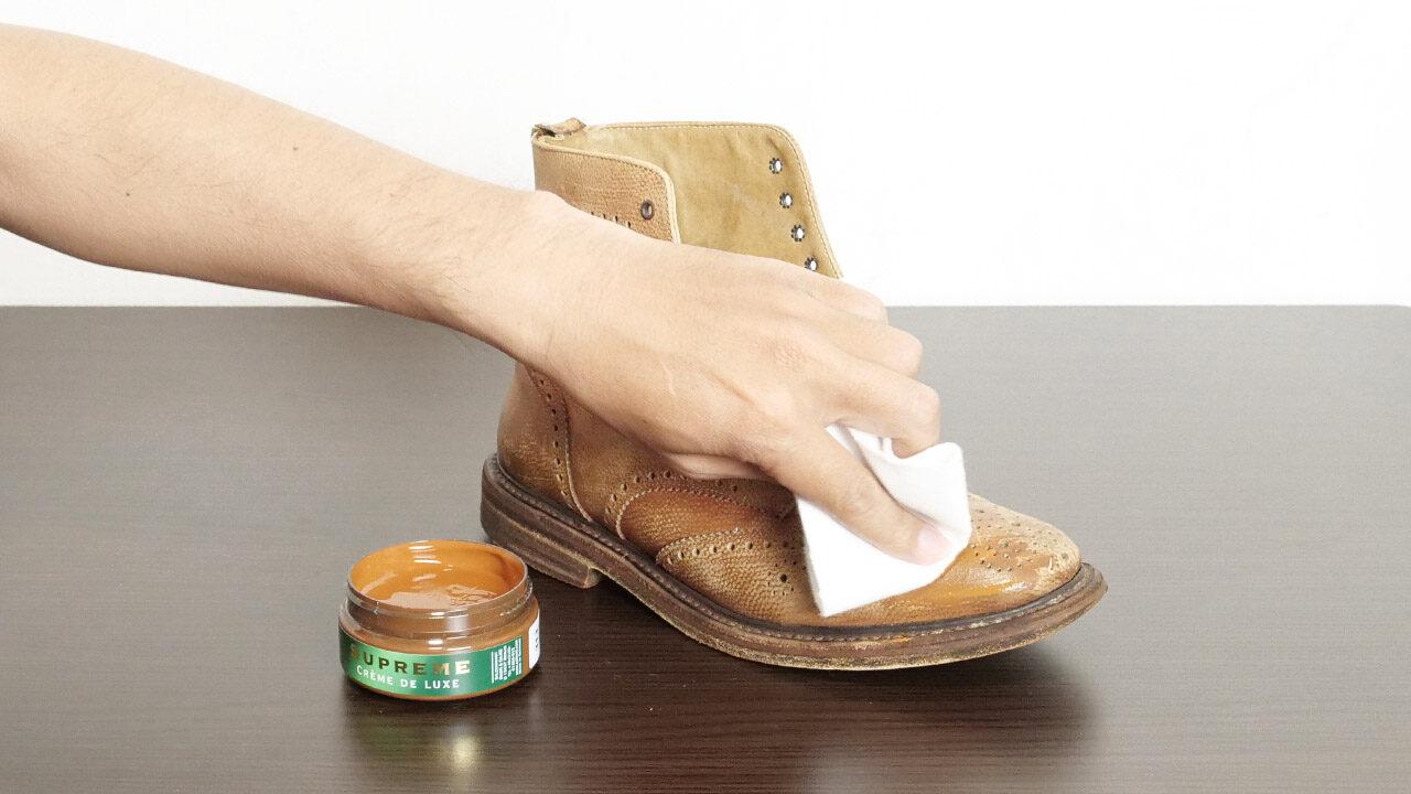 クリームを靴に塗る