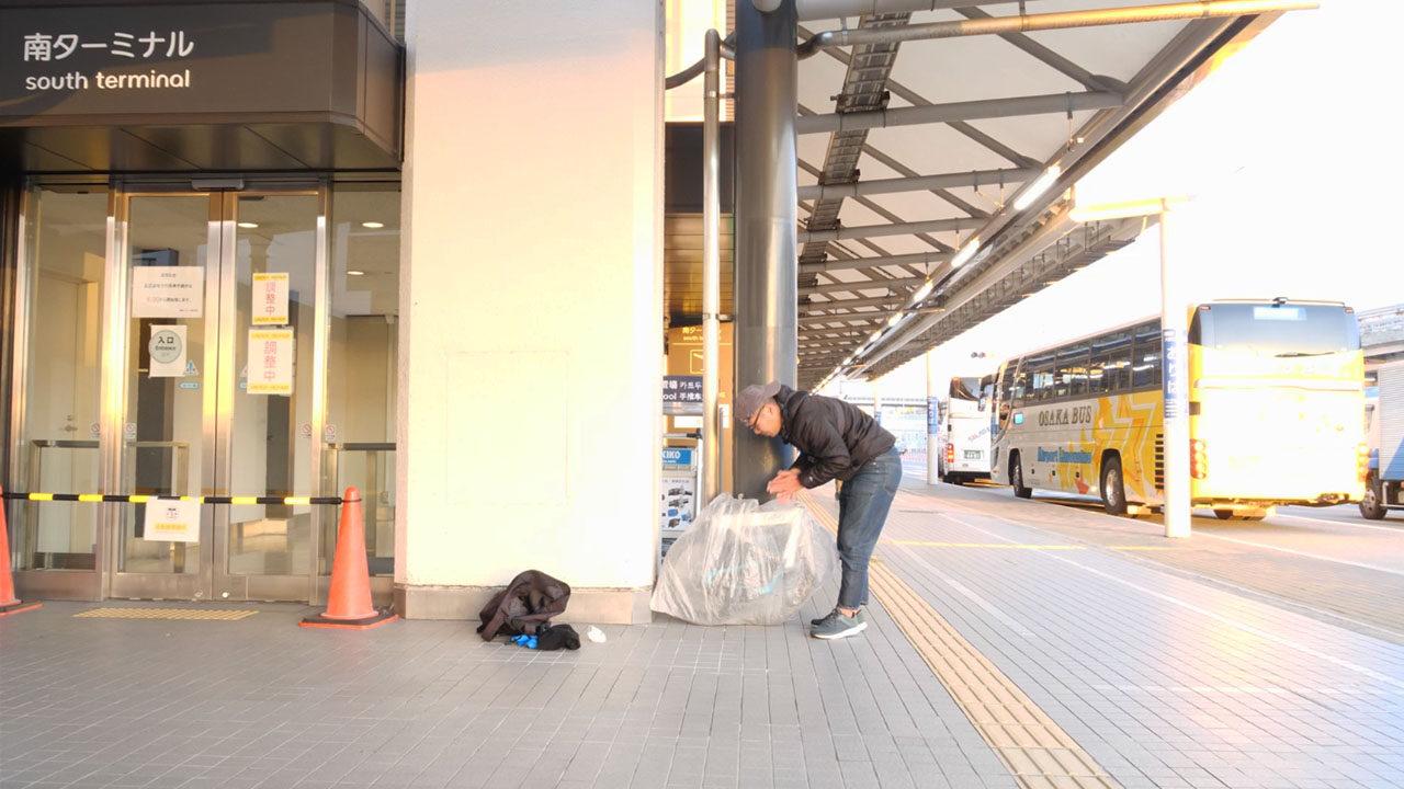空港で自転車を輪行袋に入れる